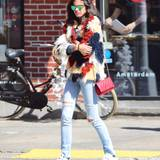 29. März 2016: Victoria's Secret-Model Sara Sampaio spaziert farbenfroh durch Soho.