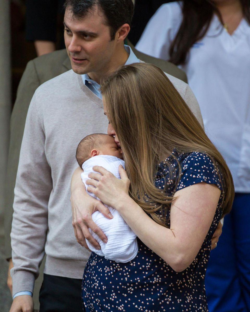 20. Juni 2016: Zwei Tage nach der Geburt verlassen Chelsea Clinton und Marc Mezvinsky mit ihrem neugeborenen Sohn Aidan das Krankenhaus. Die frischgebackene Zweifachmama küsst ihr Baby zärtlich auf die Stirn.