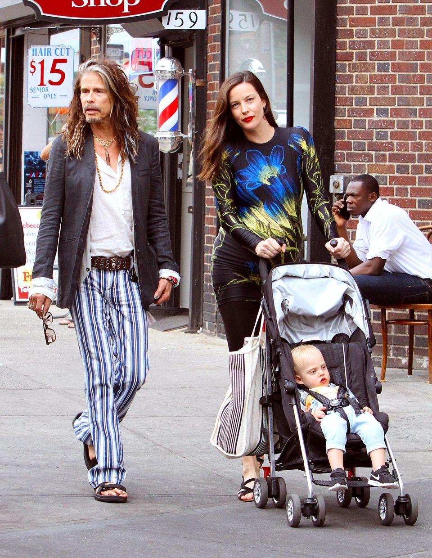 """23. Juni 2016: Familie Tyler geht im New Yorker West Village spazieren. Während die schwangere Liv Tyler strahlt, sehen die lackierten Füße von """"Aerosmith""""-Sänger Steven Tyler weniger appetitlich aus."""