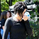 Bei den Dreharbeiten zu Blindspot scheint es heftig herzugehen: Star Jaime Alexander muss hier ihre gebrochene Nase mit einer Eispackung kühlen.