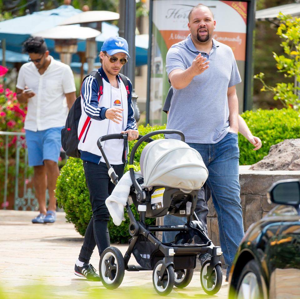 19. April 2016: Louis Tomlinson schiebt mit seinem Sohn Freddie Reign durch Los Angeles. Mit an seiner Siete ist sein ein Kopf größerer Bodyguard.