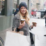 15. Februar 2016: Shoppen macht glücklich: Mit reichlich Tüten und zwei Kaffee erreicht Jenny Elvers das Berliner Regent Hotel.