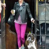 Unterwegs: 3. Mai 2016: Bei der Met Gala in New York lüftete Kate Upton ein süßes Geheimns: sie ist verlobt! Einen Tag später strahlt sie immer noch über beide Ohren und geht im Lässig-Look mit ihrem Hund durch New York spazieren.