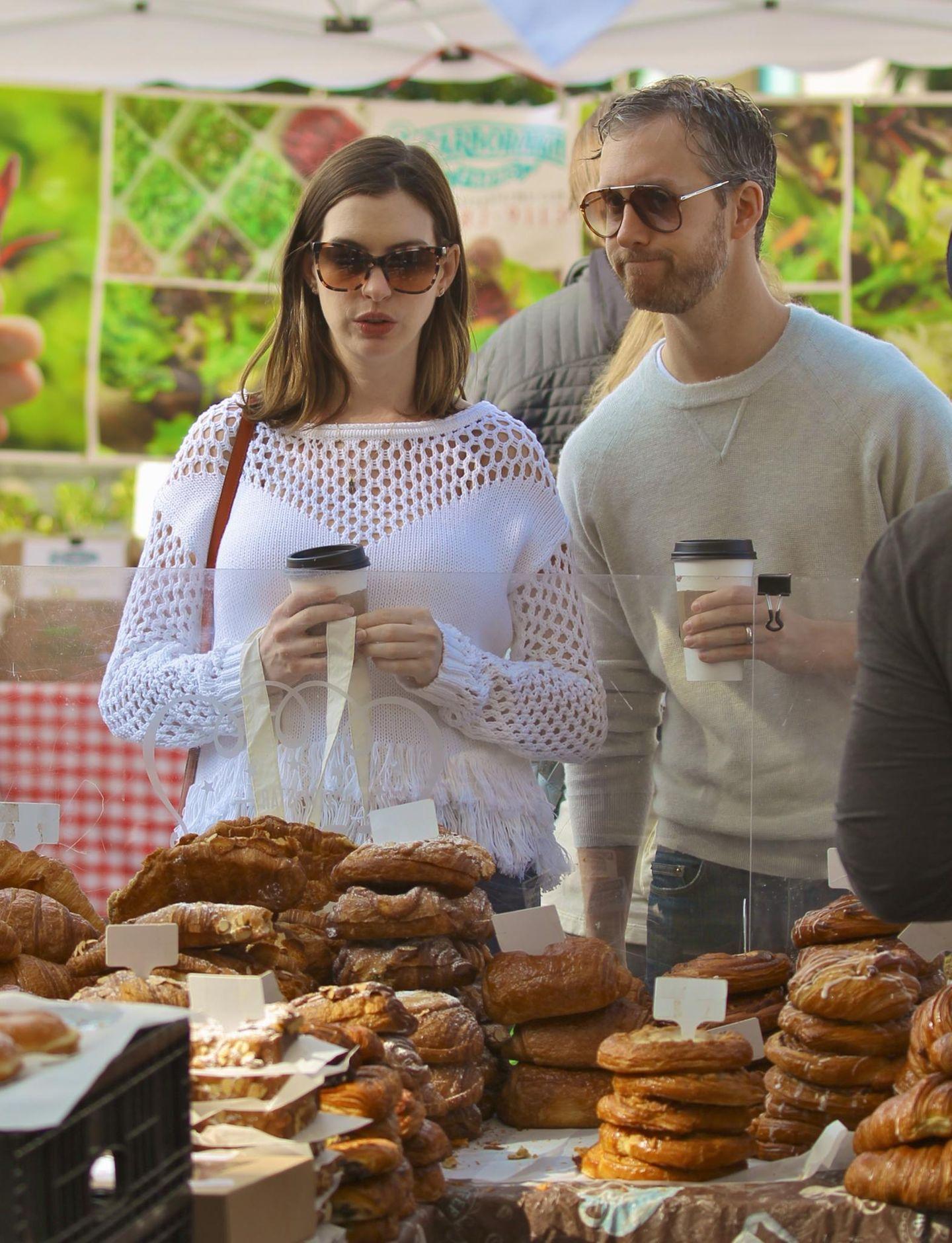 8. Mai 2016: Den Muttertag verbringt Anne Hathaway mit ihrem Mann Adam Shulman auf dem Markt. Den Kaffeestand haben sie bereits entdeckt, gleich gibt es Kuchen dazu.