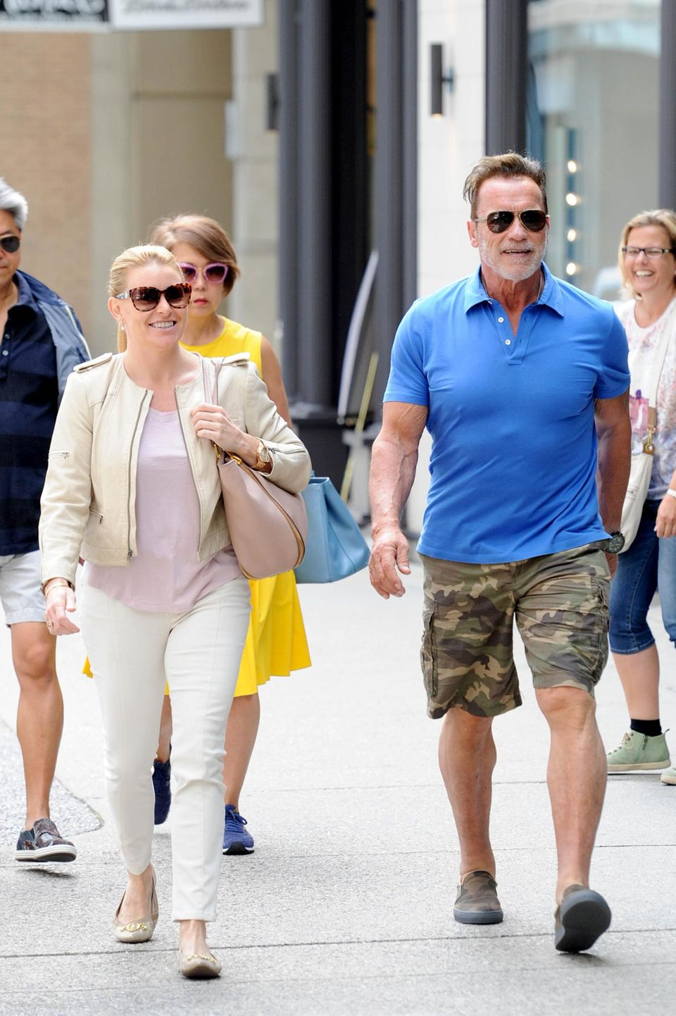 6. August 2016: In Vancouver ist Actionstar Arnold Schwarzenegger auf Shoppingtour mit Freundin Heather Milligan. Das Paar hat sich Louis Vuitton, Prada und Saint Laurent nicht entgehen lassen. Später haben die beiden dann noch ein leckeres Essen im Steak-Restaurant genossen.