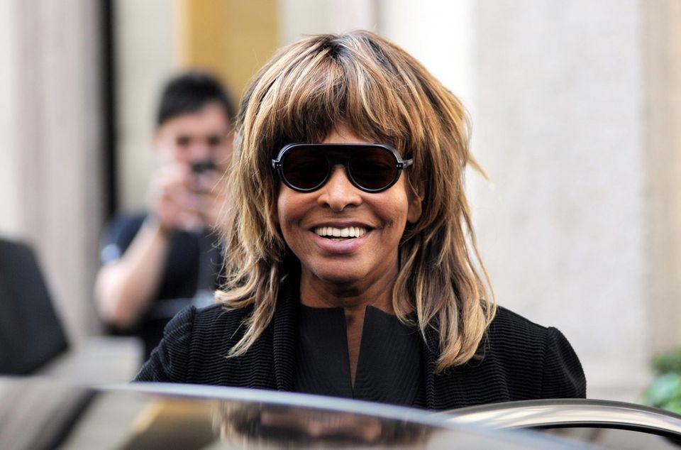6. Juni 2016: Mailand ist bekannt für seine Einkaufsmöglichkeiten, das weiß auch Sängerin Tina Turner und ist mit ihrem Ehemann unterwegs.