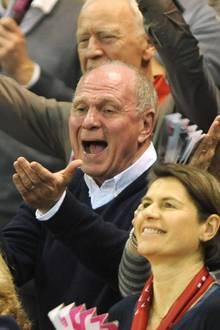 21. Februar 2016: Uli Hoeneß und seine Frau Susi fiebern auf der Tribüne beim Basketballspiel FC Bayern München gegen Alba Berlin im Audi Dome in München mit.