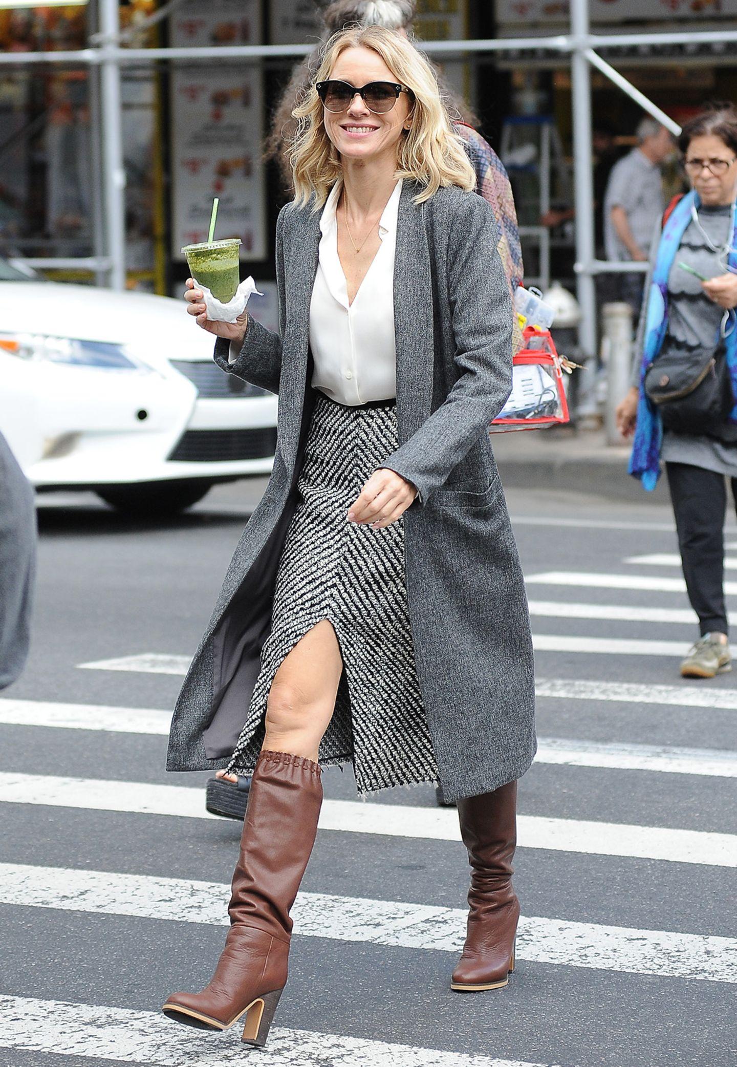 """Sogar an ihrem Geburtstag arbeitet Naomi Watts am Set von """"Gypsy"""", und sieht dabei im Rollenoutfit mit grauem Tweed-Rock und Retro-Boots ziemlich stylisch aus."""