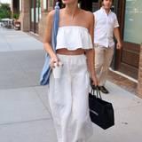 Weißer Sommer! Lily Aldrige schlendert im baumwollenen Bustier-Top und passendem Rock durch die Straßen New York.