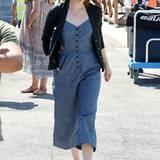 """Auf ihrer Promo-Tour für """"La La Land"""" zeigt Emma Stone in Venedig jede Menge stylischer Outfits, u.a. diesen blauen Baumwoll-Jumpsuit mit Cut-Outs an der Hüfte."""