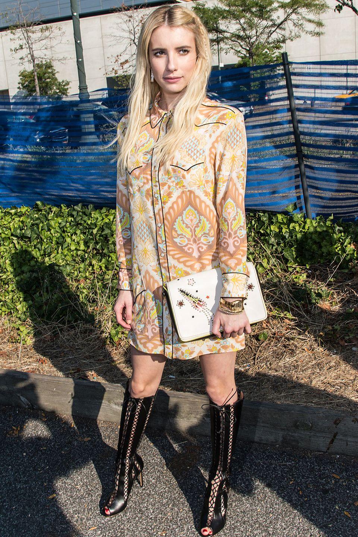Sie steht nun mal nicht auf schick: Emma Roberts im überlangen Westernhemd, das sie als Minikleid trägt. Clutch und Schnürstiefel machen den Unterschied.