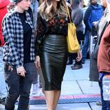 Auch Kate Beckinsale dreht derzeit in New York, und ihr Film-Look mit ledernem Pencil-Skirt zur asiatisch gemusterten Seidenbluse gefällt uns hervorragend.