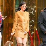 It-Girl Kylie Jenner ist in einem komplett in Brauntönen gehaltenen Wildleder-Look unterwegs in New York City.