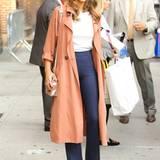 Hollywood-Schönheit Jessica Alba setzt mit ihrer rosafarbenen Handtasche einen glitzernden Akzent.