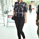 Schön bequem! Taylor Swift zeigt sich gern mit schwarzer Slim-Jeans und Karo-Hemd.