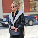 Hollywood-Darling Jennifer Lawrence schützt sich mit einem schwarzen Ledermantel vor der Winterkälte.