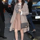 Anna Kendrick zeigt sich in New York mit nudefarbenem Woll-Rock im zurückhaltenden Schulmädchen-Look.