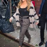 Lässige Eleganz mit Strickjacke und gebundener Stoffhose zeigt Jennifer Lopez auch an kühleren New Yorker Herbsttagen.
