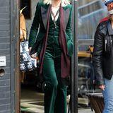 Cate Blanchett ist Sandra Bullocks rechte Hand, als quasi Brad Pitt, und mit grünem Samtanzug scheint ihre Filmfigur einen besonders extravaganten Modestil zu haben. Wir sind schon sehr gespannt auf den Film.