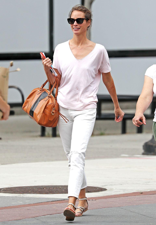 Ganz lässig in Weiß und zartem Rosé spaziert Christy Turlington durch Tribeca.