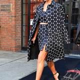 """Streng in Schwarz-Weiß spaziert Chrissy Teigen aus dem """"The Bowery Hotel"""" in New York: Fein und sexy zugleich zeigt Model Chrissy Teigen ihren erstaunlichen After-Baby-Body im Dreiteiler."""