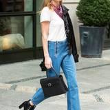 Kate Bosworth kombiniert ihr 7/8-Jeans ganz lässig im 50er-Jahre-Stil mit weißem T-Shirt, Tuch und Lack-Leder-Jacke.