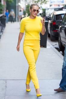 Von Kopf bis Fuß in Gelb! Ein besonders leuchtender Hingucker war Rita Ora in dieser sonnigen Style-Kombi.