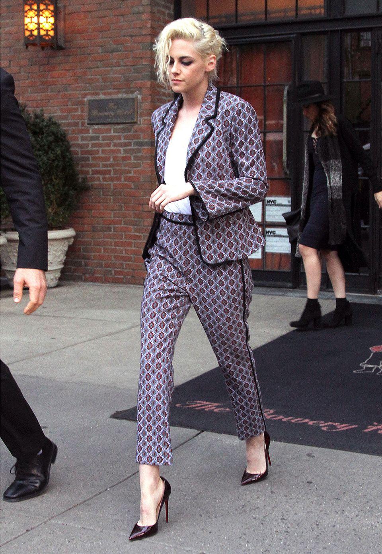 Als Abwechslung zu ihrem lässigen Tomboy-Style zeigt sich Kristen Stewart ausnahmsweise mal farblich fast auffällig im elegant-gemusterten Anzug.