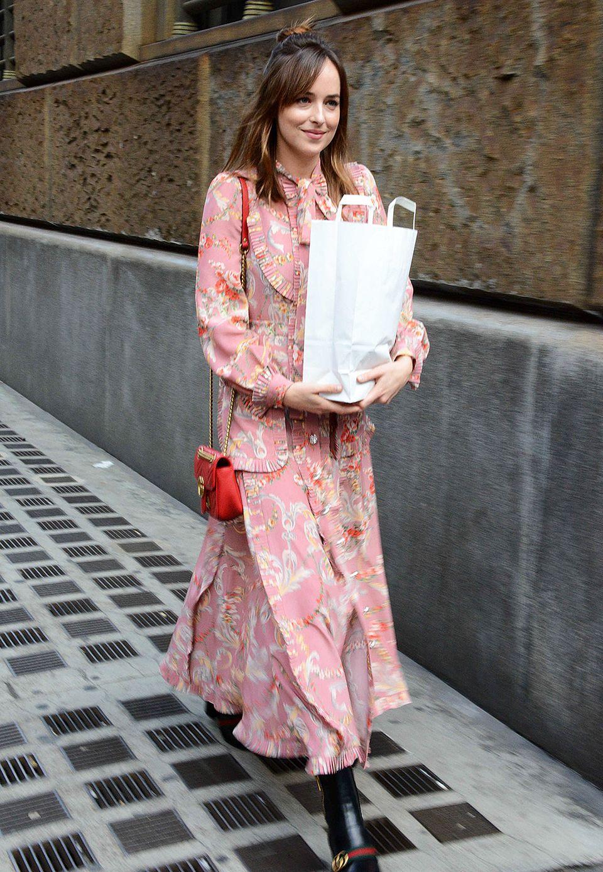 Im verträumten, langärmeligen Gucci-Kleid schlendert Dakota Johnson auf Shopping-Tour durch das schon etwas herbstliche Mailand.