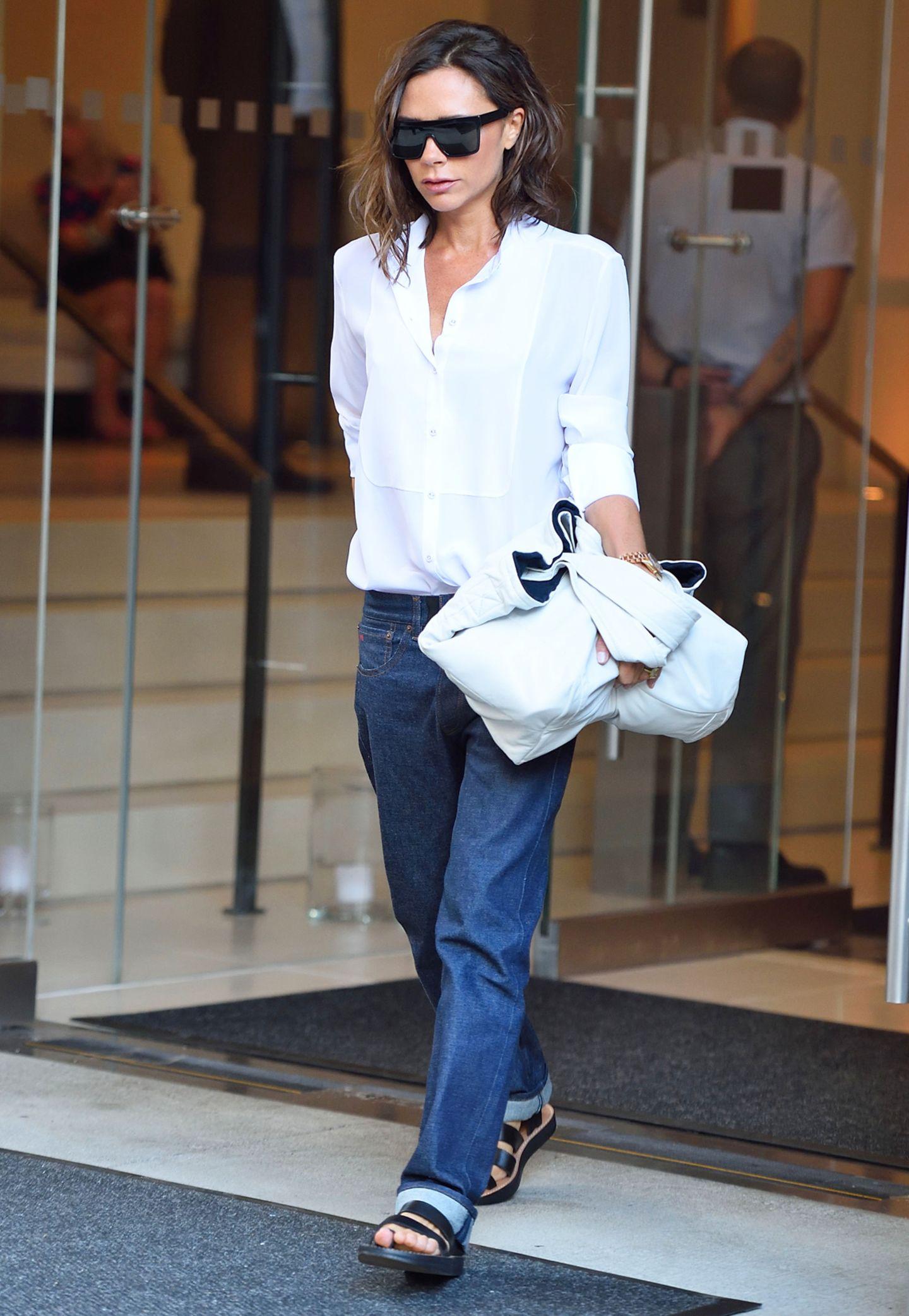 Mit Boyfriend-Jeans und flachen Schuhen sieht man Modedesignerin Victoria Beckham nur selten.