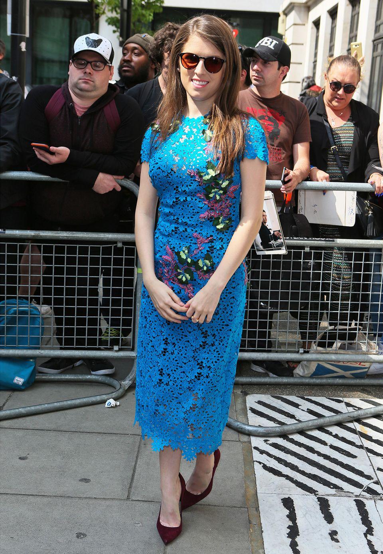 Blumig-blaue Spitze präsentiert Anna Kendrick bei einem Promotion-Termin in den Londoner BBC Studios.