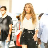Supermodel Gigi Hadid in einem modisch aufgewerteten Marine-Look unterwegs in New York City.