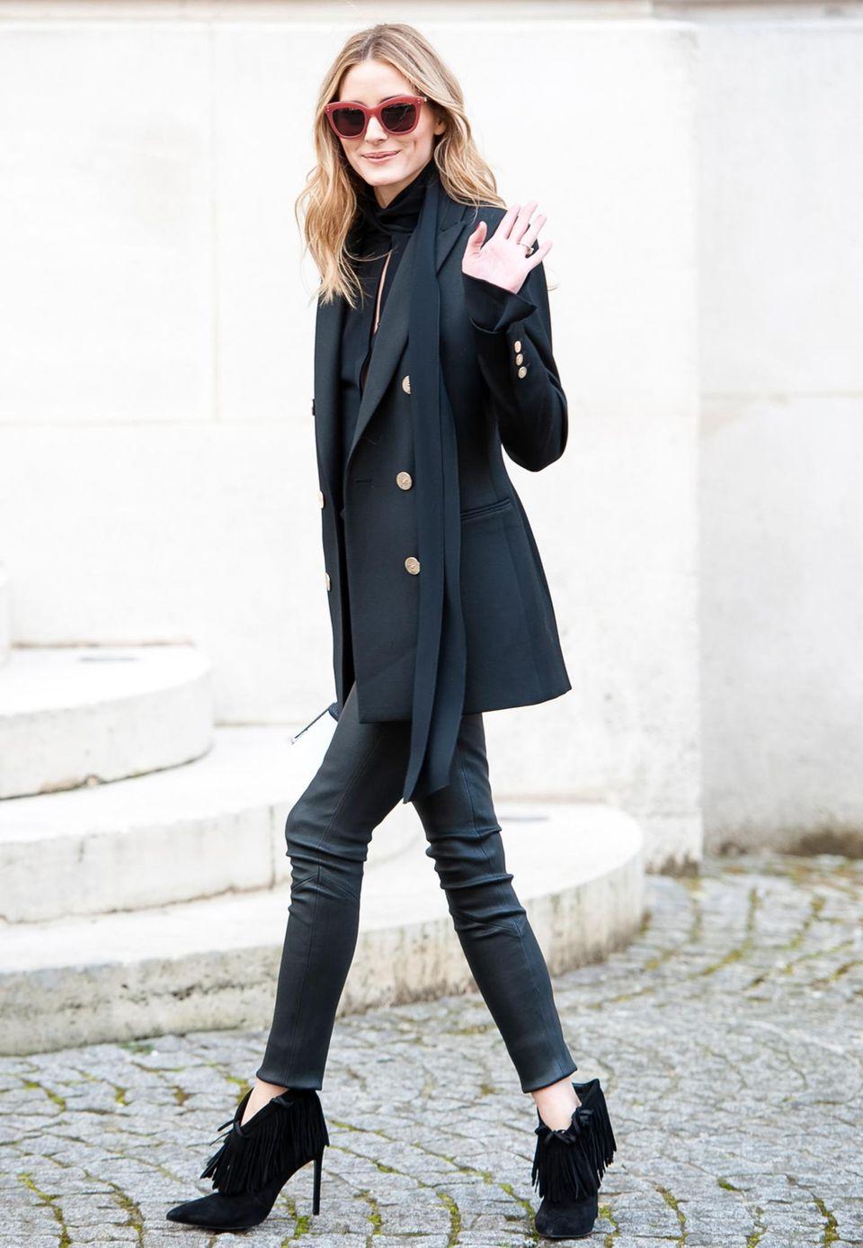 Einen absolut perfekten Look präsentiert Olivia Palermo auf dem Weg zur Balmain-Show im Rahmen der Parises Fashionweek. Zum Balmain Blazer trägt sie Lederröhre, Schuhe im angesagten Fransenlook und Wow-Sonnenbrille.