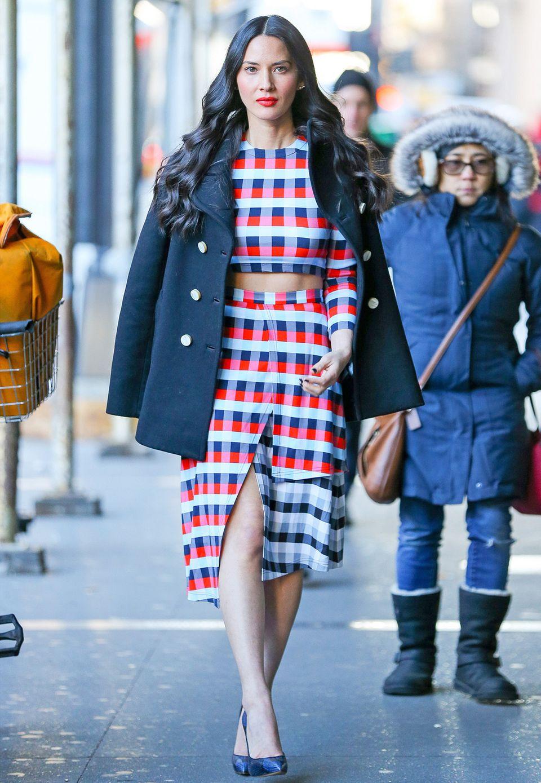 Egal, wie schlecht das Wetter auch sein mag, Olivia Munn sieht einfach immer umwerfend aus. Hier kombiniert sie das Karo-Ensemble zur dunkelblauen Cabanjacke.
