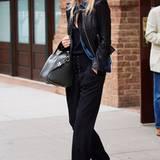 Schauspielerin und Model Rosie Huntington-Whiteley trotzt der kalten Jahreszeit mit einer stylischen Lederjacke.