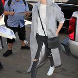 Supermodel Kate Upton hat den lässigen Reise-Style perfektioniert und trägt zu Skinny-Jeans, Shirt und Sneakern einen grauen, überlangen Mantel.