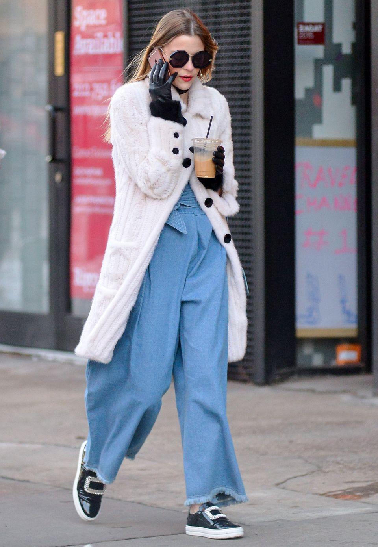 XXL-Marlenehose trifft Kuschel-Strickjacke: An Jaime Kings Outfit ist nicht nur die achteckige Sonnenbrille abgefahren und lässig.