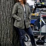 """Jennifer Lopez spielt in """"Shades of Blue"""" eine New Yorker Polizistin, mit Jeans, grünem Parker und festen Boots hat sie dafür genau den richtigen, strapazierfähigen Look."""