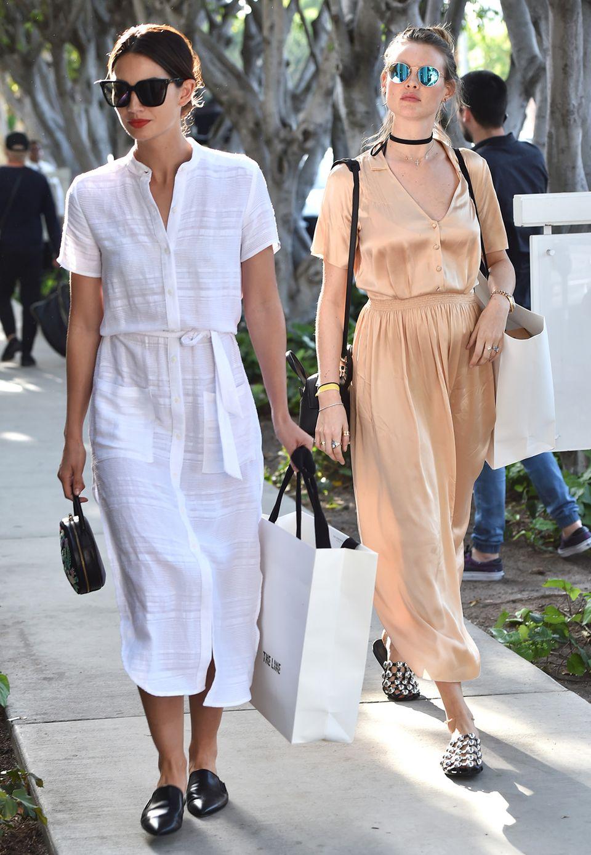 Luftig leicht in Weiß und Nude sind die Sommerkleider der Topmodels Lily Aldridge und Behati Prinsloo, als perfekte Outfits für eine lange Shopping-Tour am Melrose Place in Hollywood.