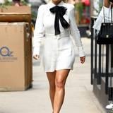 Auch Sängerin Rita Ora kombiniert eine hochgeschlossene Schluppenbluse zum Mini-Rock.