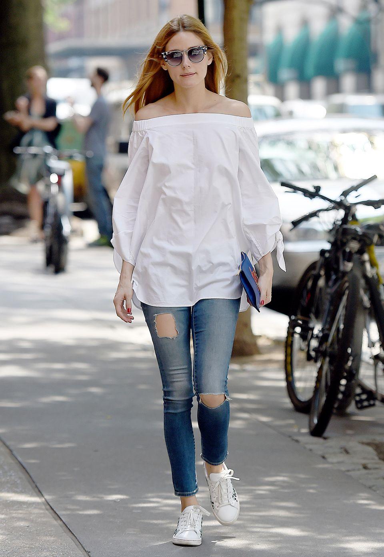 Mit weißer, weiter und schulterfreier Bluse zur Jeans sieht Olivia Palermo lässig und verträumt zugleich aus. Die stylische Sonnenbrille macht den Streestyle-Look perfekt.