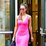 Nicht nur das pinke Sommerkleid von Jessica Alba ist ein toller Hingucker, sondern auch ihre rotverspiegelte Sonnenbrille dazu.