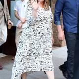 Schönes Gekritzel! Melissa McCarthy versprüht im weißen Sommerkleid mit Notizzettel-Optik noch mehr gute Laune.