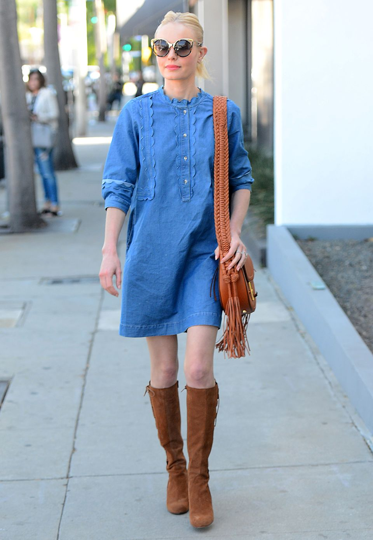 Schlicht und einfach! Kate Bosworth zeigt, dass man aus nur vier Teilen einen tollen Look zaubern kann. Zum Denim-Kleid trägt sie camelfarbene Stiefel und Altuzarra Tasche sowie eine extrem coole Sonnenbrille.