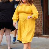 """Für ihre """"Ghostbuster""""-Promotour hat sich Melissa McCarthy neben anderen tollen Outfits auch dieses fröhlich-gelbe Sommerkleid ausgesucht."""