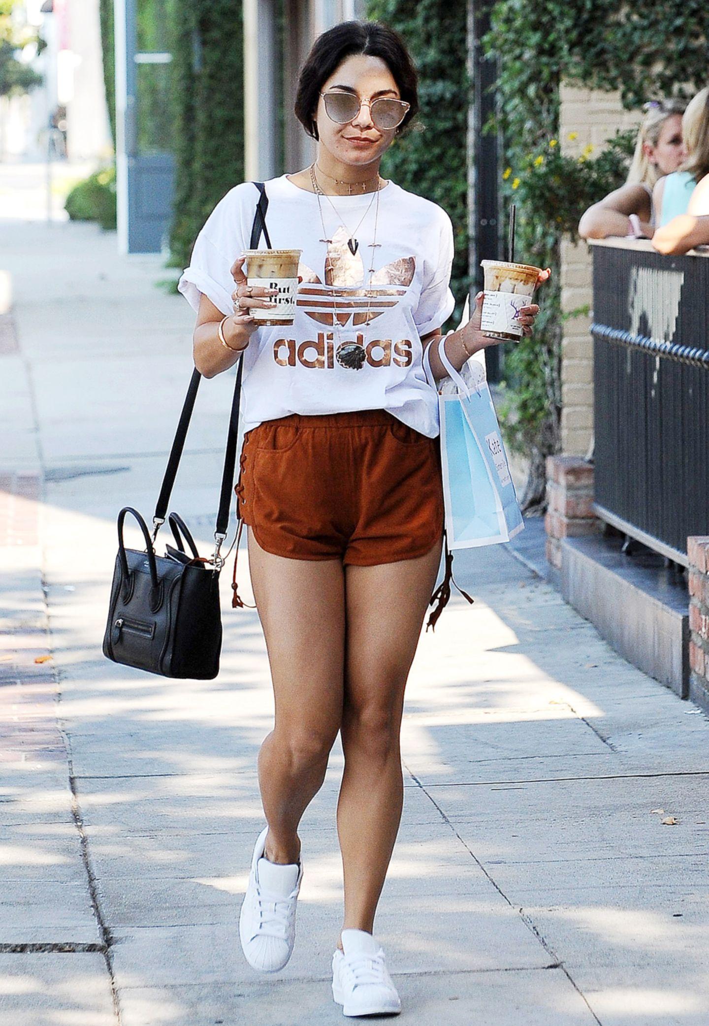 Vanessa Hudgens gibt sich beim Bummel durch Beverly Hills in Weiß und Kupfertönen besonders sportlich.