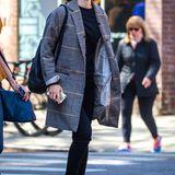 Auch abseits von Hogwarts steht Emma Watson der feminine Nerd-Look ganz ausgezeichnet. Besonders gut funktioniert hier das Spiel mit Proportionen: Zum weiten Mantel muss eine schmale Jeans kombiniert werden.