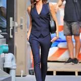 Im dunkelblauen, ärmellosen Nadelstreifen-Ensemble zeigt Victoria Beckham in New York einen besonders stylischen Business-Look.