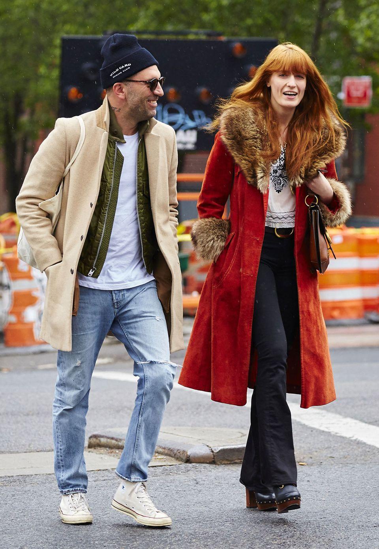 Florence Welch und ihr mystischer Modestil bezaubern auch abseits der Bühne. Bei einem Spaziergang durch New York trägt die Sängerin einen roten Samtmantel und lederne Plateauschuhe.