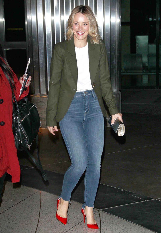 Casual Chic! Rachel McAdams zeigt, wie man Jeans toll mit Blazer und Pumps kombinieren kann.
